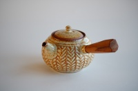 Seitengriffkanne Holzbrand creme 215ml mit Holzgrifff von Hanka Vrbicova