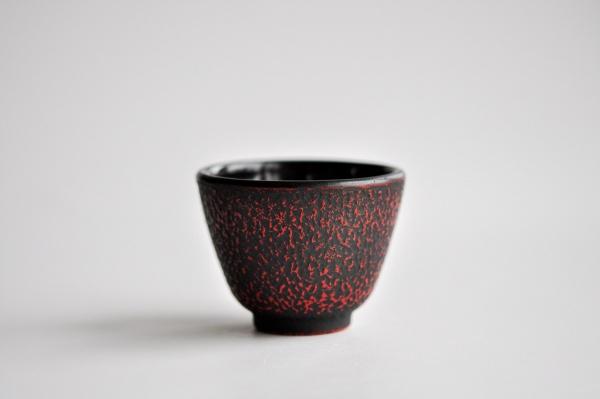 Teebecher aus Gusseisen 100ml Schwarz-Rot