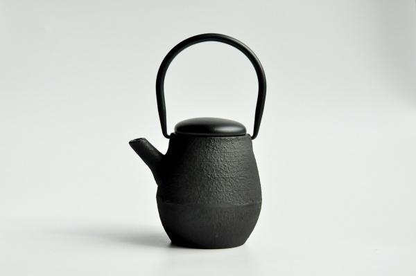 Eisenkanne 0,6L Nordal Schwarz mit Holzdeckel