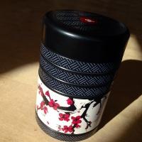 Schwarze Teedose Kirschblüte